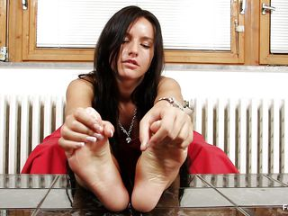 dark brown milf sharon loves her feet