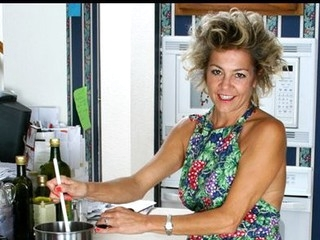 Housewife takes a break from cooking to pleasure her bushy twat