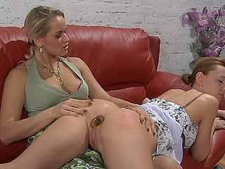 Susanna&Rosa great anal lesbo clip scene