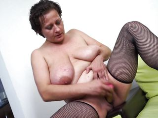 mature bitch melanie is having fun with a dildo