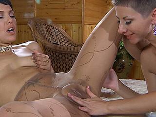 Mireille&Viola hose sex scene